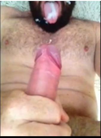 Urso peludo batendo uma bronha e gozando na boca