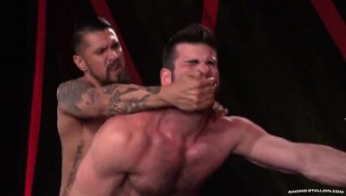 Hardcore com Dotado e Urso Peludo em porno gay hardcore