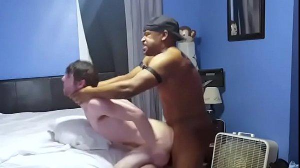 Cafuçu pegou o putinho gay e mostrou pra ele uma BOA FODA GAY