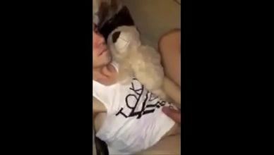 Padrasto fudendo o enteado gayzinho com bicho de pelucia